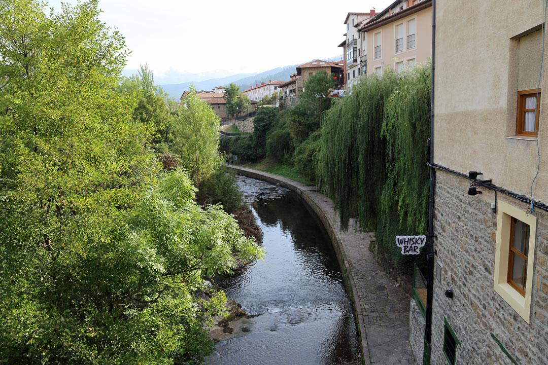 Potes Fussweg entlang Fluss