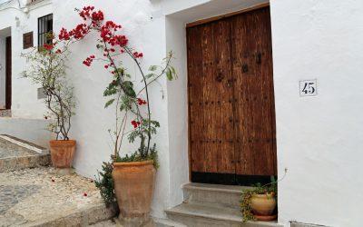 Blumengeschmückte Gassen in Frigliana