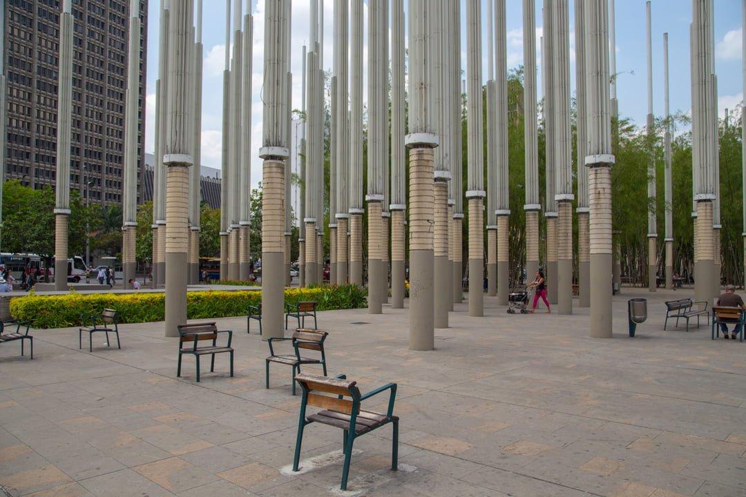 Medellin Leuchtesaeulenplatz Kolumbien