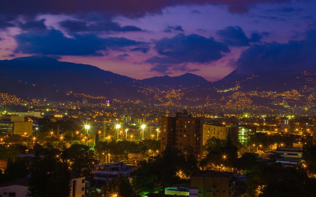 Medellin-Nachtaufnahme-Kolumbien