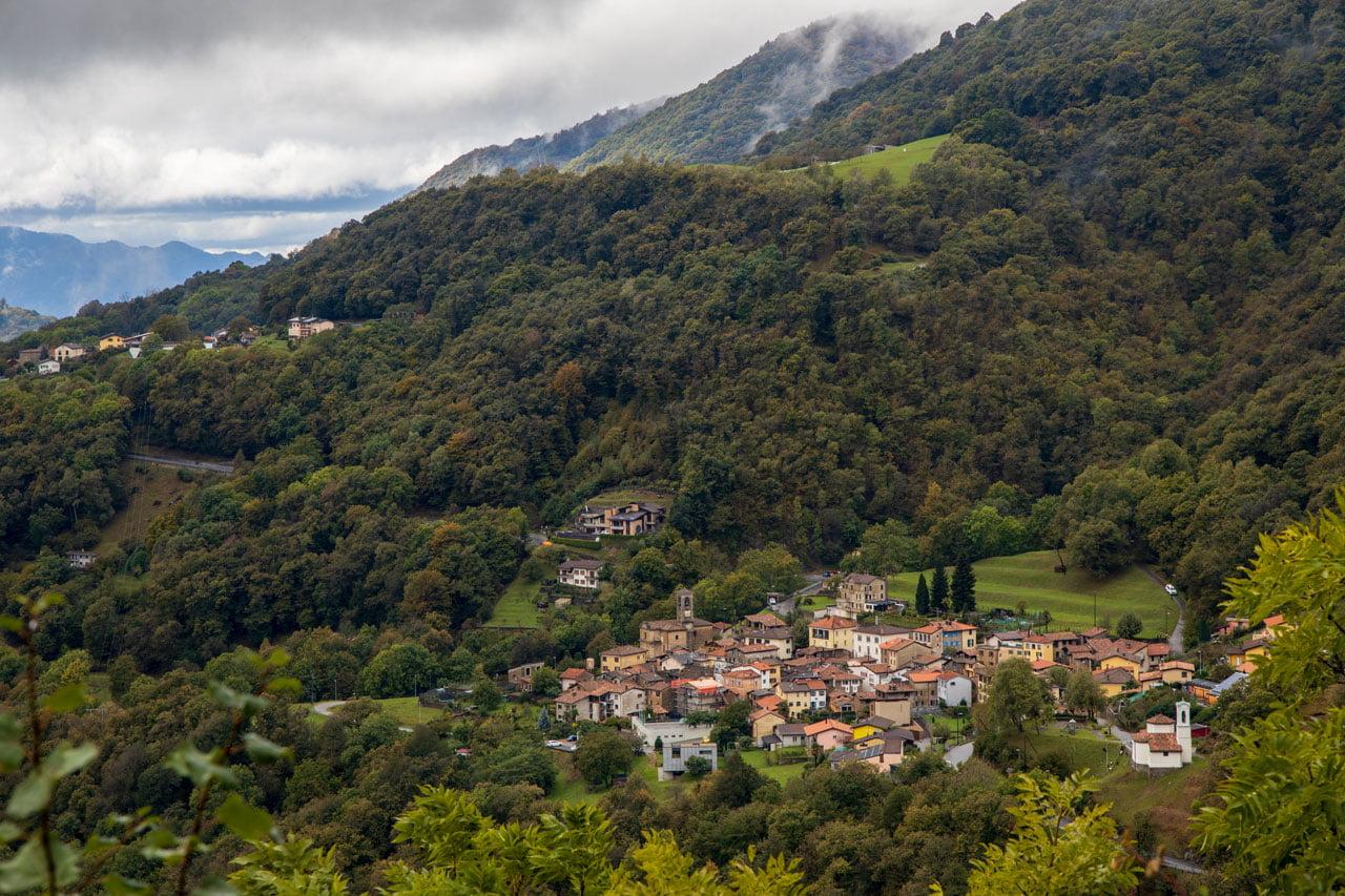 Kastanienwald Wanderung Arosio Sicht auf Parcheggio Mugena